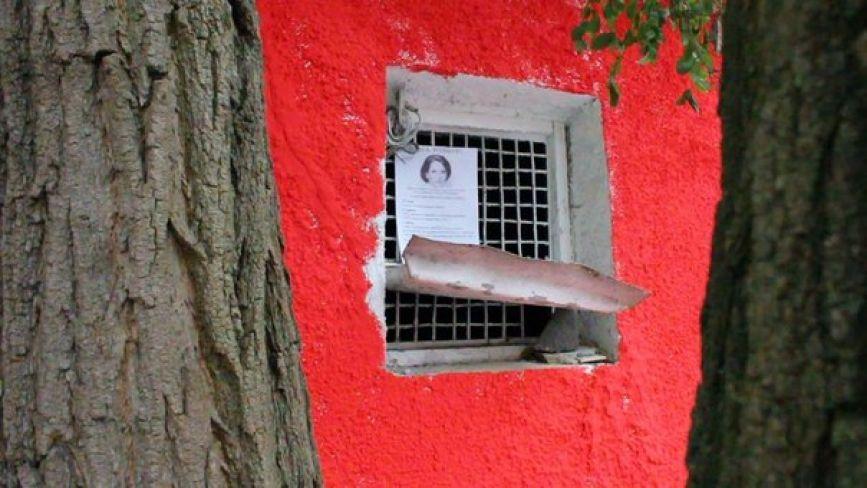 У парку Горького розфарбували туалет і написали на ньому «штаб КПУ»