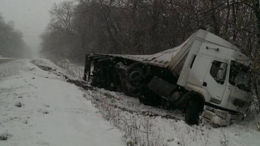 Ще одна вантажівка перекинулась - вже п'ята ДТП на Вінниччині за півдня (ФОТО)