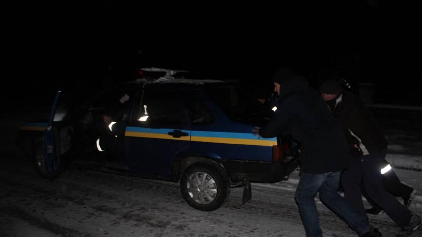 Фото дня: активісти, даівці та п'яний водій штовхали машину ДПС, яка не заводилася