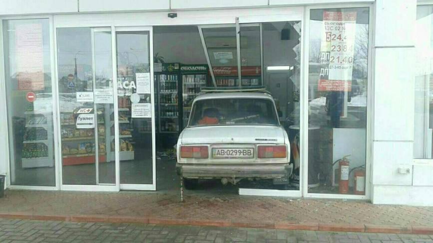 У Гнівані «Жигуль» заїхав у магазин на місцевій АЗС. ФОТО