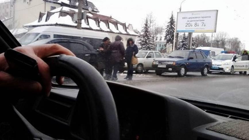 Аварія на Лебединського спричинила двохкілометровий затор.  ФОТО