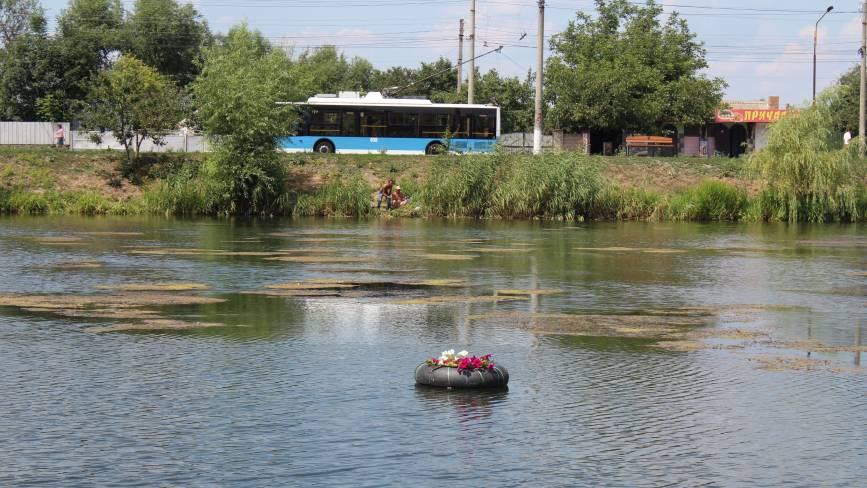 На Тяжилові в озері плаваючі клумби без квітів. Їх знищили качки
