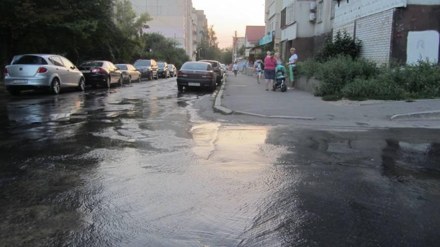 Весь день на Миколайчука з люка витікає вода. Хто заплатить за такі втрати?