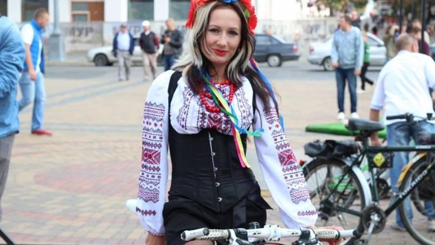 Найгарніші вінничанки, які проїхали на святковий велопарад у вишиванках
