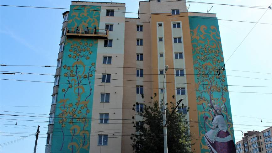 Мурали повертаються. На Слов'янці розмалювали стіни 11-поверхового будинку