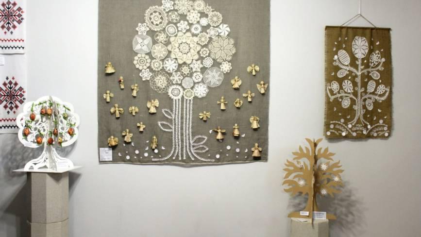 Ляльки-трансформери та вишивки фізиків — в краєзнавчому відкрилася виставка Ірини Савчук