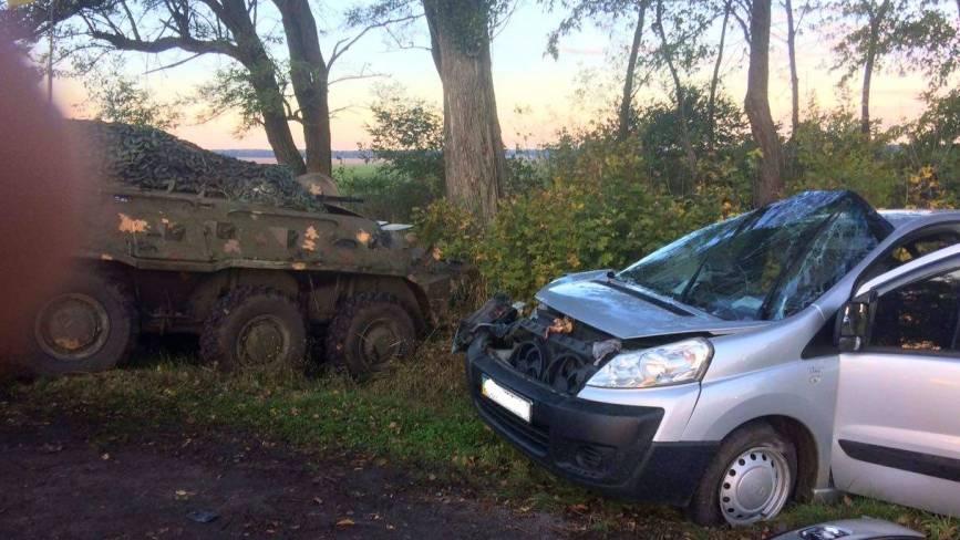 Під Вінницею зіткнулися БТР та «Peugeot». Водія легковика забрала «швидка»