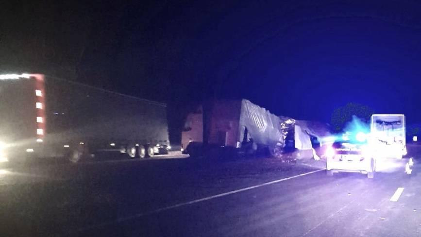 Фото дня: вантажівка, що перекинулася під Калинівкою, досі там лежить