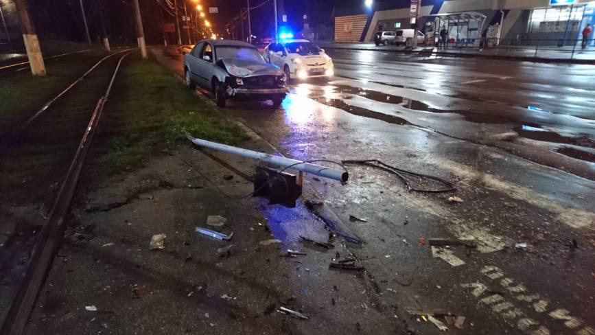 На Пирогова Volkswagen протаранив ВАЗ і зніс світлофор
