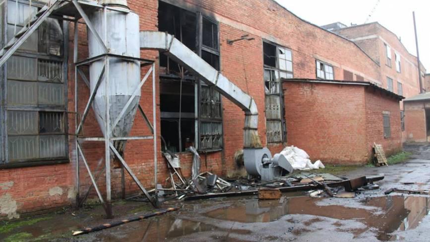 Пожежа в Калинівці на машзаводі: сім рятувальних частин гасили вогонь