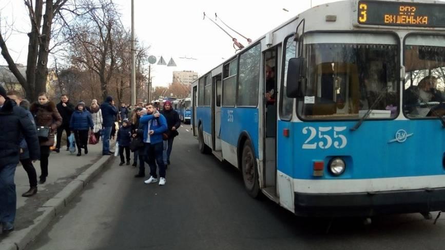 На Київському мосту стояв увесь транспорт. Декілька сотень вінничан йшли пішки