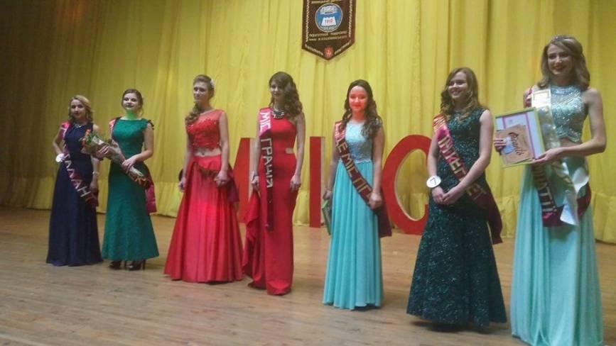 Переможниця конкурсу краси у педуніверситеті дефілювала в костюмі з пластикових пляшок і корків