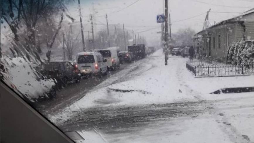 Перші наслідки снігопаду. Вінниця зупинилась в заторах