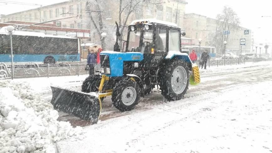 Міні-трактори та машини універсал вже на дорогах. Як Вінницю чистять від снігу