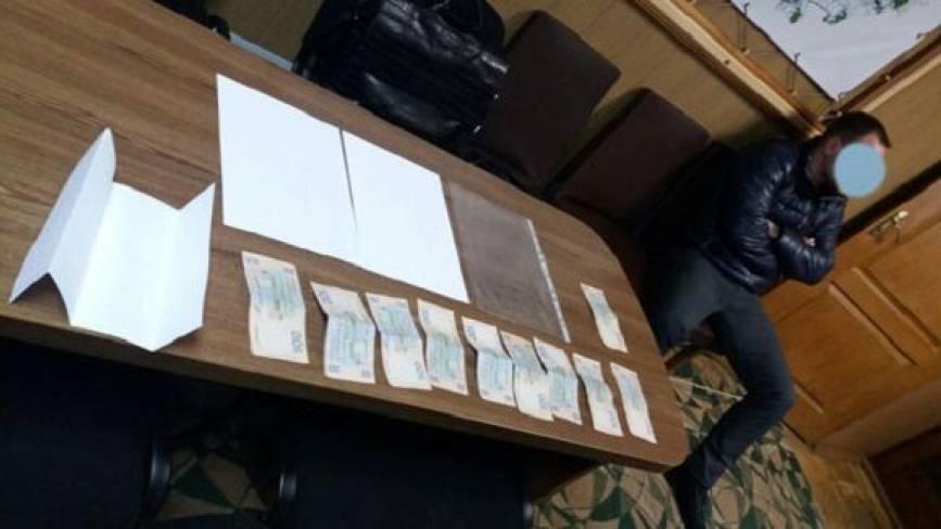 Керівнику літинської поліції пропонували хабар розміром 15 тисяч гривень. Не взяв