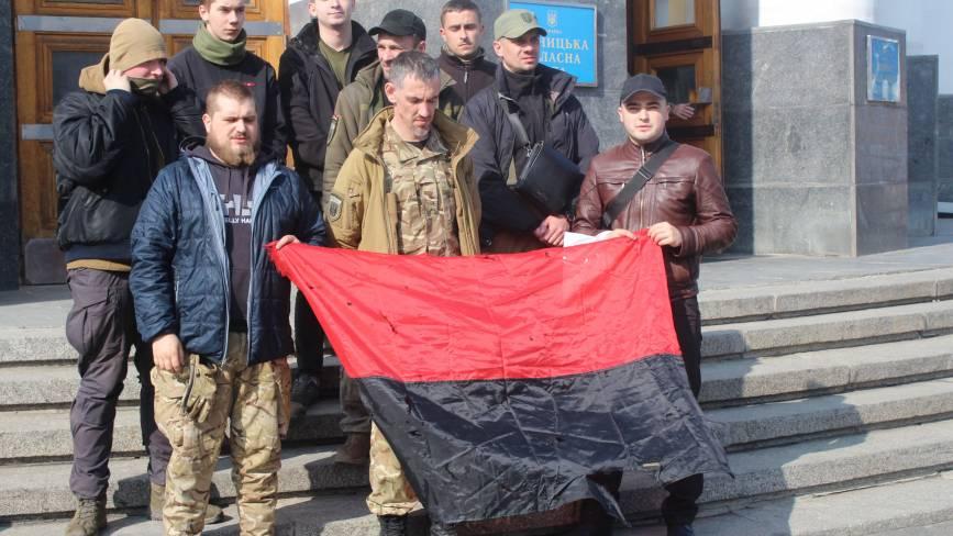 Хмельничани з «Правого сектору» вимагали в облраді підняти червоно-чорний прапор