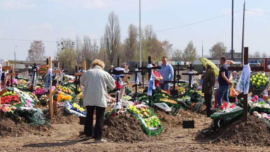 Без протестів і натовпу: перші проводи на новому цвинтарі у Сабарові