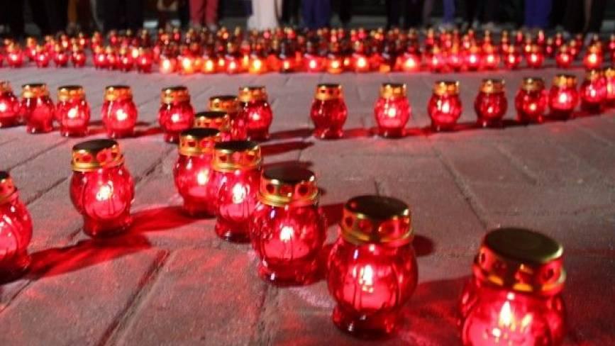 «Перша хвилина миру»: у центрі міста виклали з лампадок квітку червоного маку
