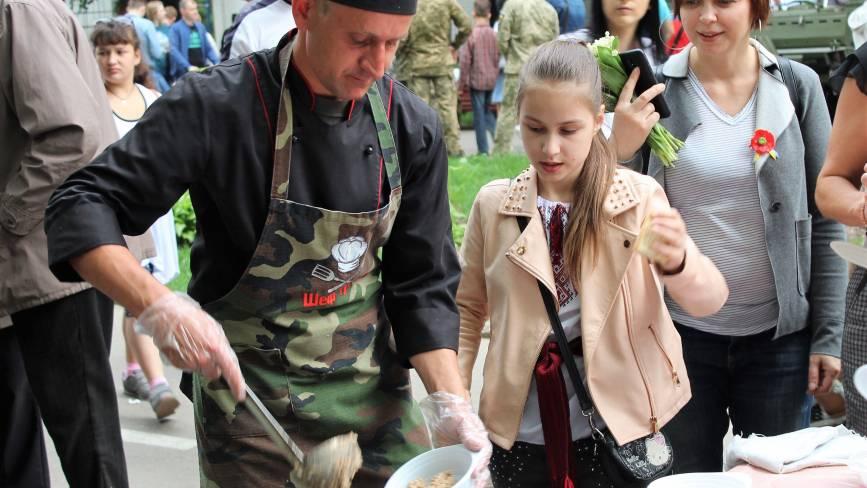 У парку Горького військові роздають вінничанам армійську кашу