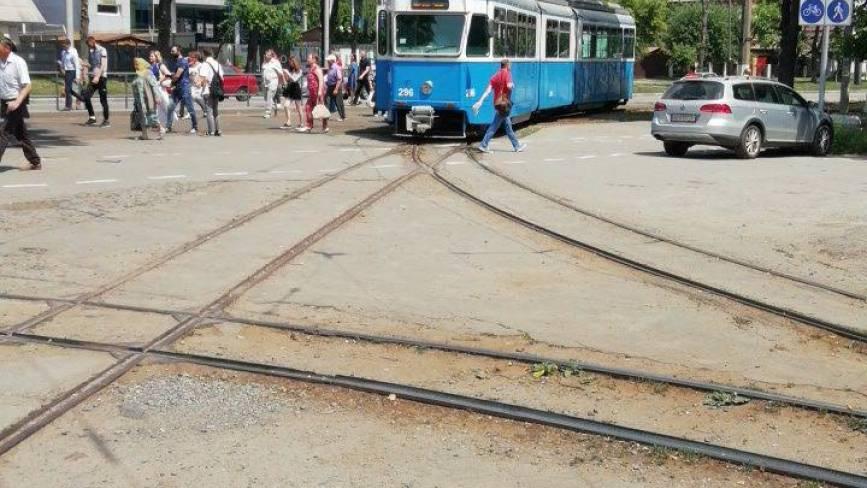 По Хмельницькому шосе стоять трамваї. Чоловік не розминувся з вагоном