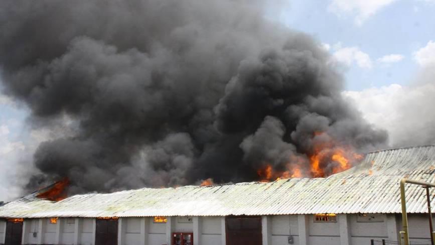 35 вогнеборців, 9 пожежних машин та потяг: у Жмеринці горить елеватор