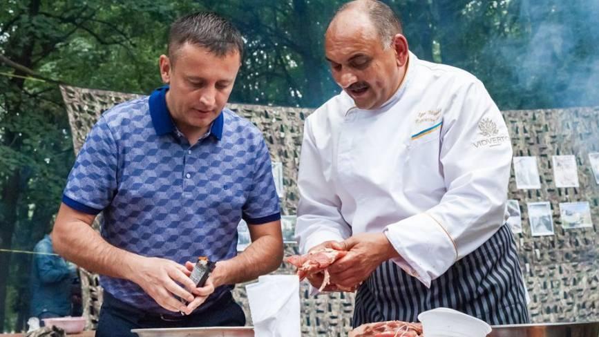 Як народний депутат частував вінничан на фестивалі польової кухні ( Прес-служба Сергія Кудлаєнка)