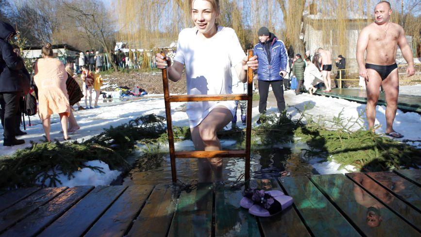 Водохреще-2019: черги до ополонок, сімейні купання та фото на снігу