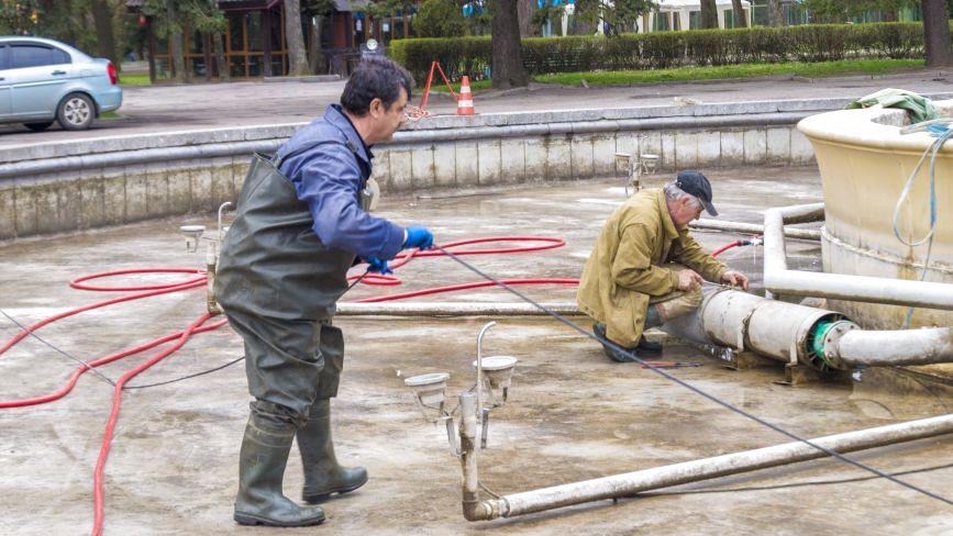 Фото дня: «Миємо все крім Рошен». У Вінниці перевіряють вуличні фонтани