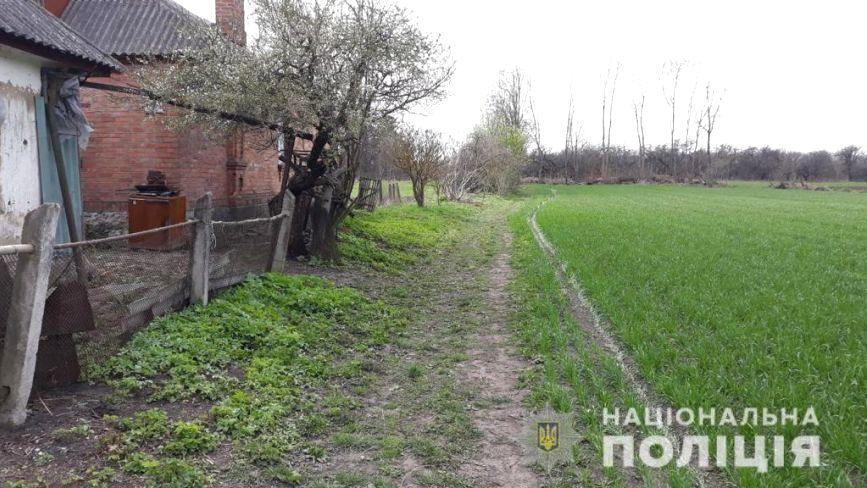 На городі у селі Вишневе знайшли побиту та задушену жінку