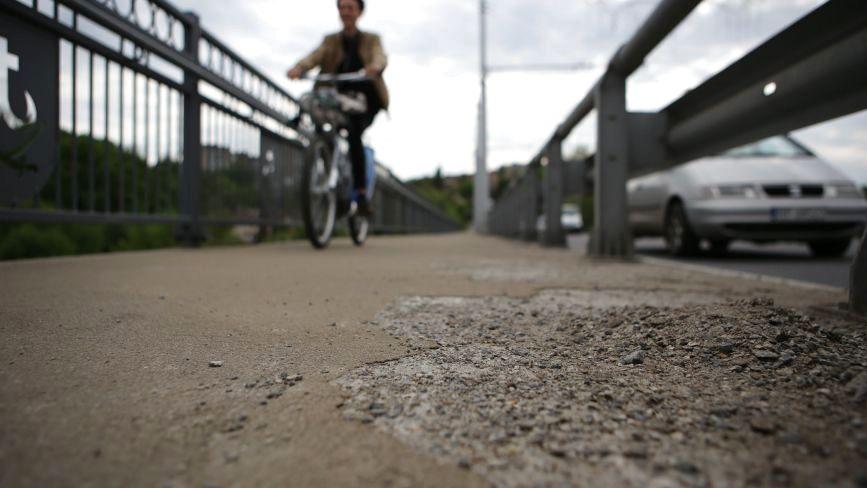 На Київському мосту потріскалося та почало облазити покриття пішохідної зони