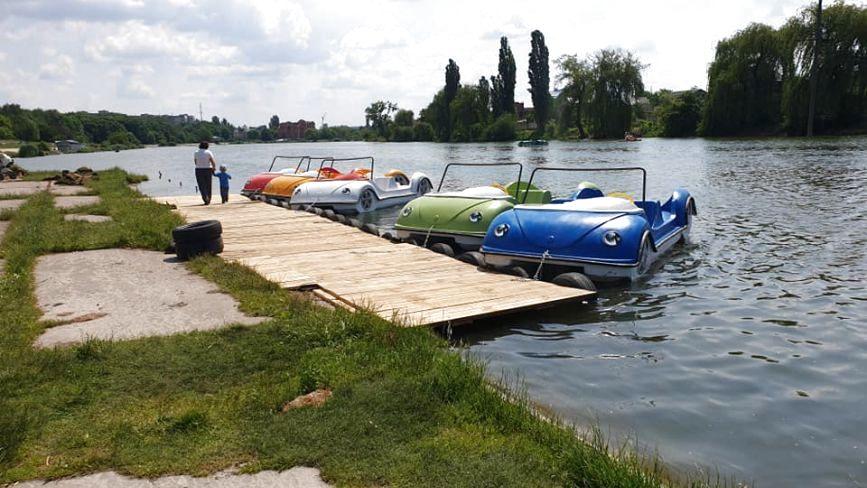 На Вишенському озері з'явився прокат катамаранів. Яка вартість розваги?