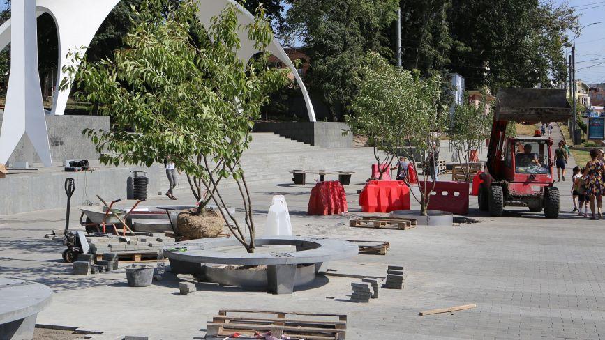 Сакури та круглі лавки встановили біля Арки Центрального парку