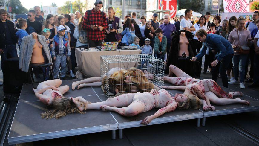 Дівчата у «крові» та хутряні шуби. Найбільш шокуюча локація до Дня міста