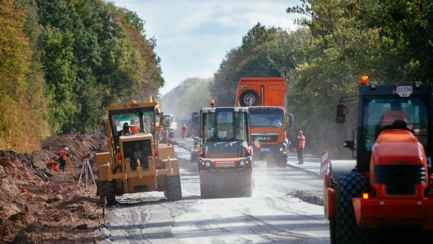 Під Гайсином ремонтують дорогу. Там нині реверсний рух