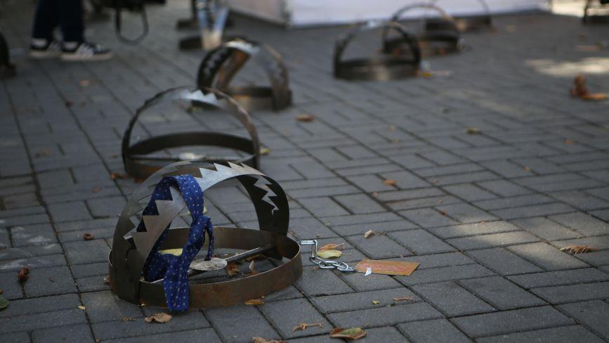ФОТО ДНЯ. У центрі Вінниці розставили капкани на підтримку в'язнів Кремля