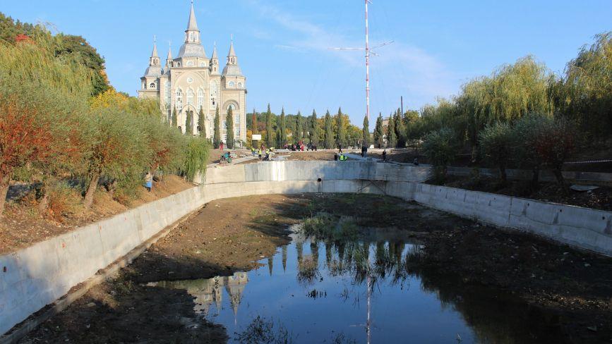 Осушили та обкладають гранітом: триває ремонт скверу навколо озера на Максимовича