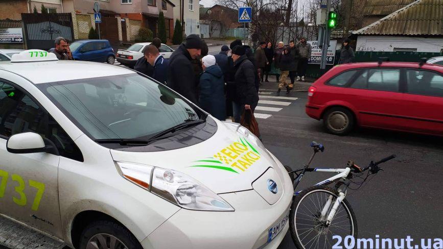ДТП на Шевченка: велосипед під колесами таксі та чоловік на асфальті