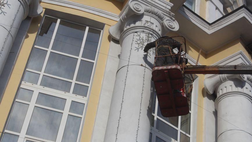 ФОТО ДНЯ. Електрики прикрашають облраду гірляндами