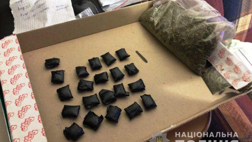 Марихуана, екстезі та психотропна сіль: у Вінниці затримали «закладчика» наркотиків