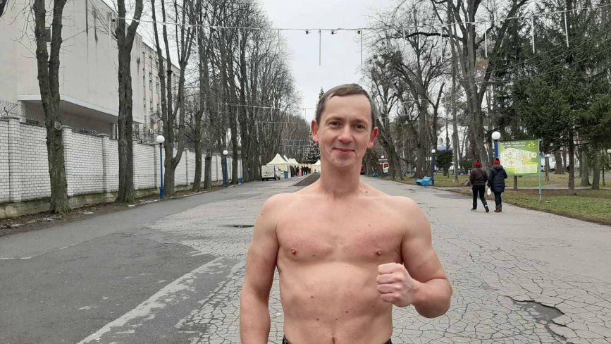 «Крижана» людина взимку ходить вулицями Вінниці в футболці  чи сорочці з короткими рукавами