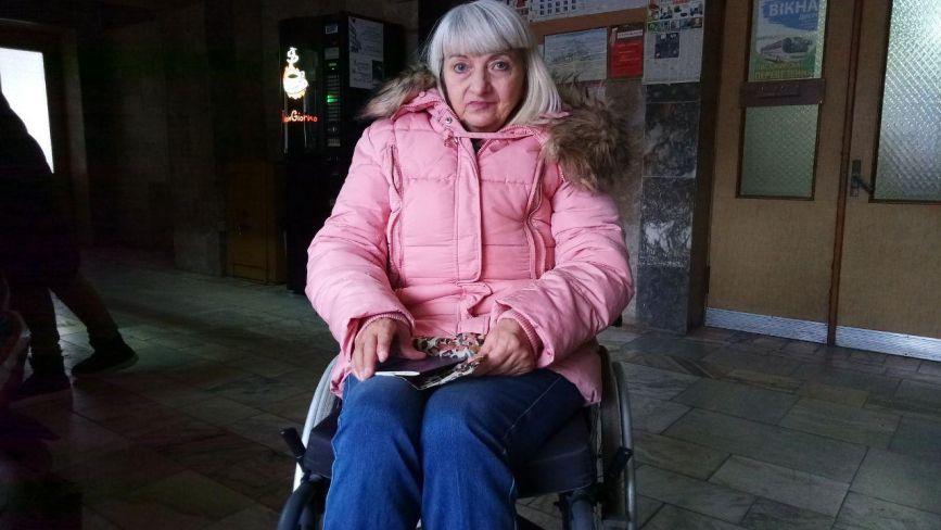 Без грошей і даху над головою - прикута до візочку Олена Колосова благає про допомогу
