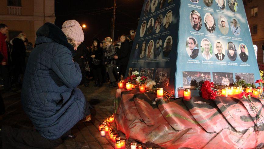 «Ми перед ними у боргу»: сотні вінничан зійшлися вшанувати Героїв Небесної Сотні