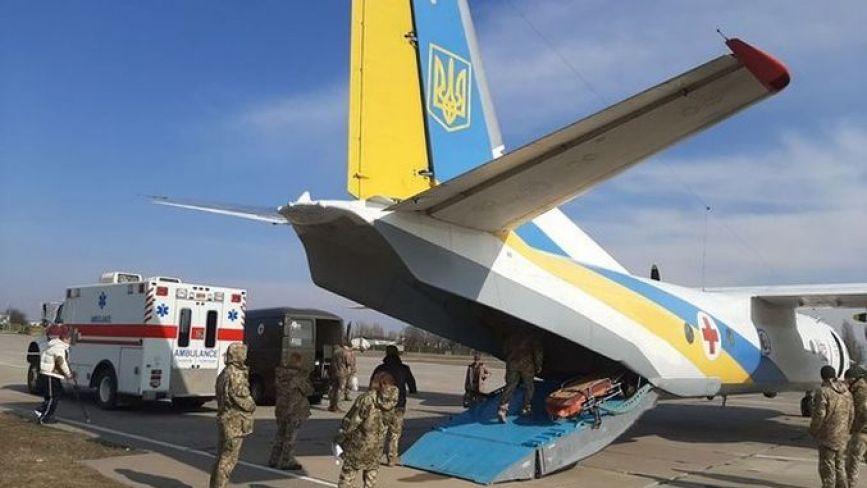 Вісім поранених військовослужбовців доставили на літаку в госпіталь Вінниці
