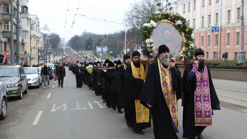 Хресна хода з кількома тисячами вірян пройшла центром Вінниці
