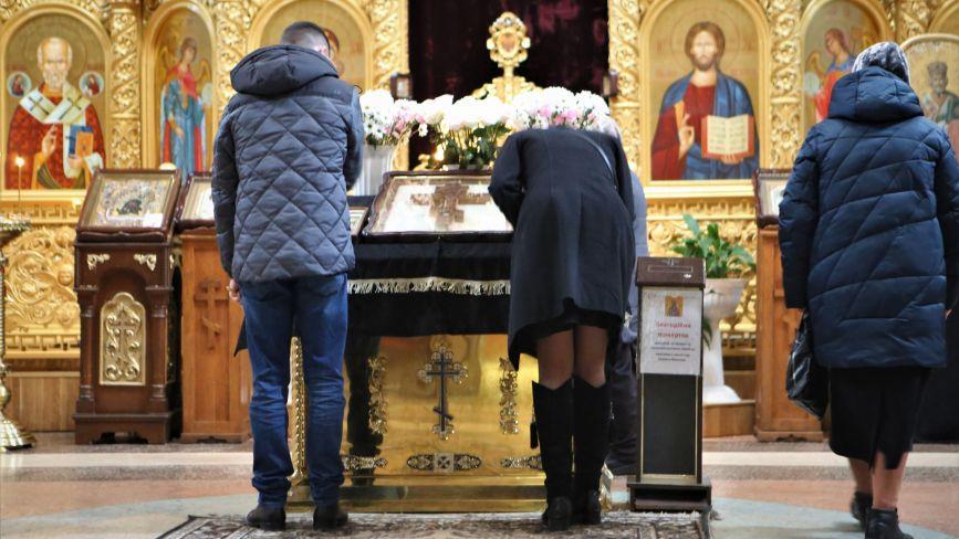 «Це святиня. Вона має бути необробленою»: що говорять у вінницьких храмах про цілування ікон