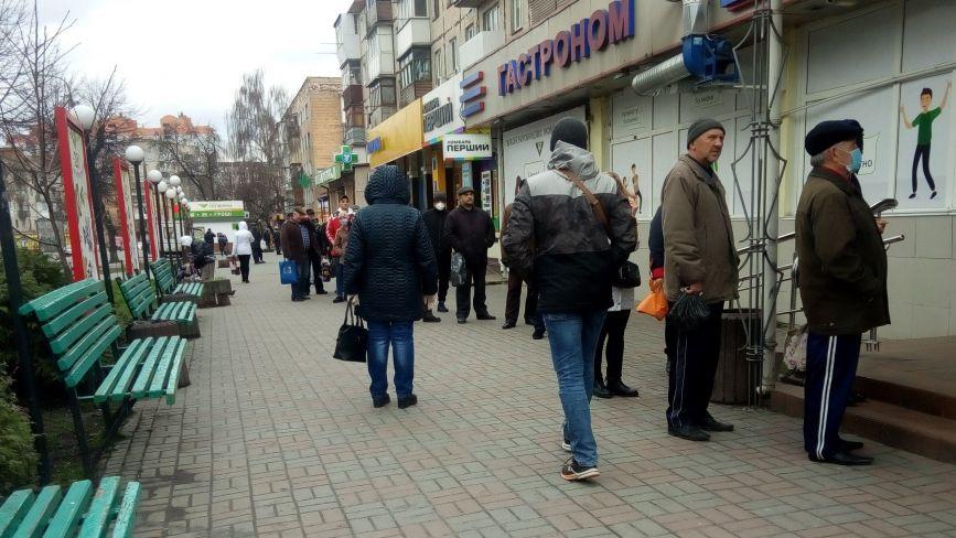 Черги на вулиці, порожній транспорт та дефіцитна сіль. Як переживають карантин на Київській