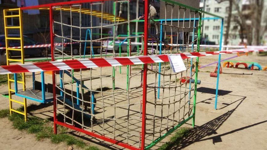 Дезинфекція та закриті дитячі майданчики. Місто бореться з поширенням COVID-19