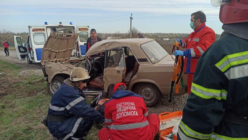 В Іллінецькому районі рятувальники «вирізали» потерпілого з побитого авто