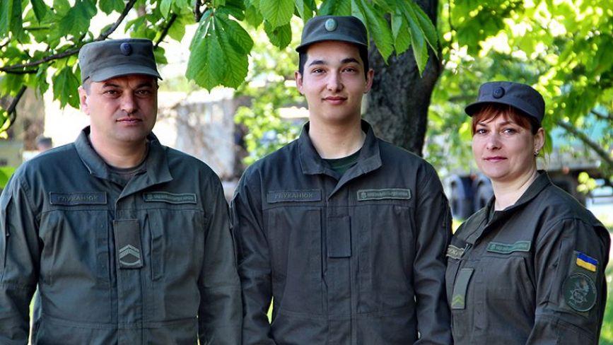 Гвардієць з Калинівки врятував на Донбасі вівчарку, поранену гранатою