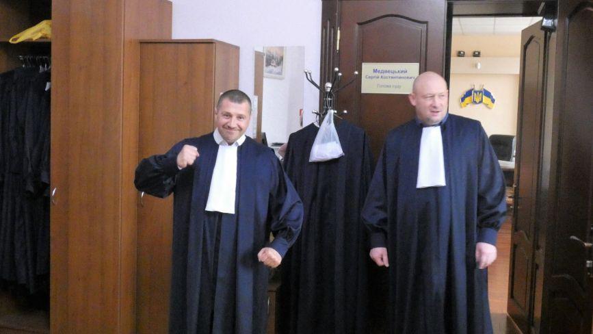 У суддів не вистачає грошей на марки, зате є нові мантії з білими жабо